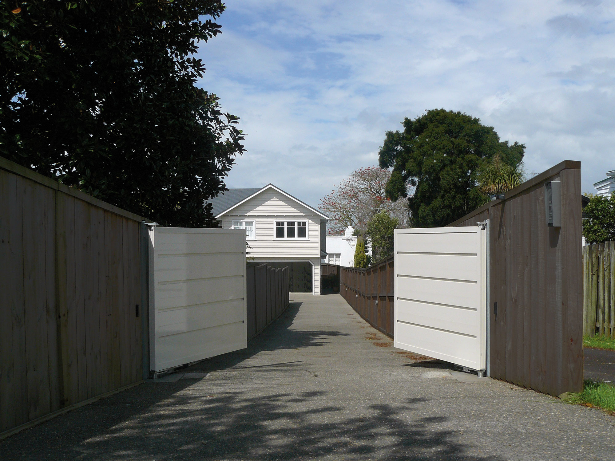 Automatic gate with AluMax panels